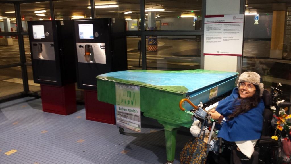 De nieuwe publieke piano van Nijmegen staat in de Kelfkensbos-parkeergarage. Foto: Personeel Kelfkensbos-parkeergarage © Persgroep