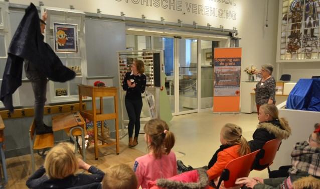 Onder grote belangstelling van de kinderen die de naam indienden, werd de winnaar bekend gemaakt. (Foto's: Pieter Vane)