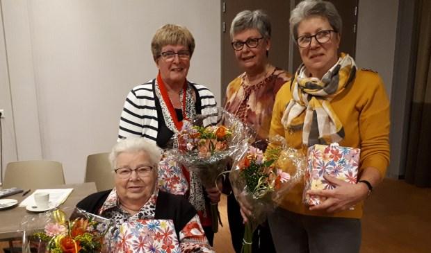 De dames werden door voorzitter Gerrie den Braven verrast met een passend cadeau en bloemen. Eigen foto