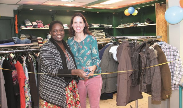 Pauline van Dam (links) en Jolanda Schrauwen openen samen hun 'Shop voor nop' in de Elshofpassage.