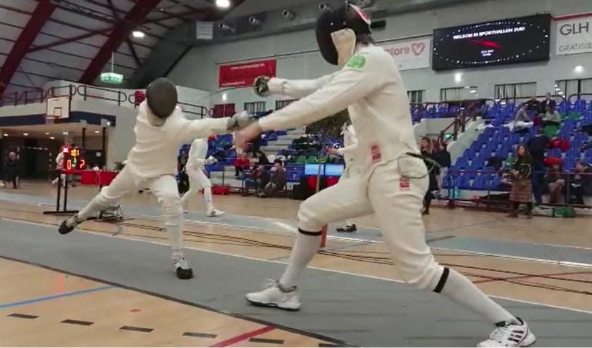 De Vries (rechts) wordt aangevallen in de kwartfinale.