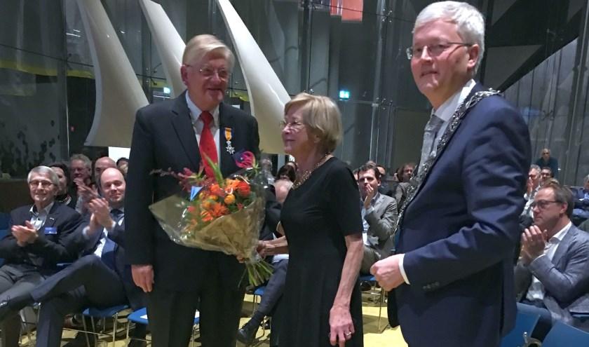 De heer en mevrouw Blankenstein met burgemeester Weterings. Peter Blankenstein (72) was 24 jaar lang penningmeester bij CAST en nam op 16 januari afscheid.