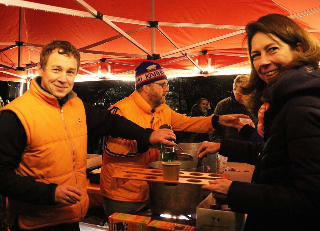 De geduldige organisatoren van de Oranjevereniging Maarn-Maarsbergen schepten uren lang bekertjes vol. Foto: Hanny van Eerden © Persgroep