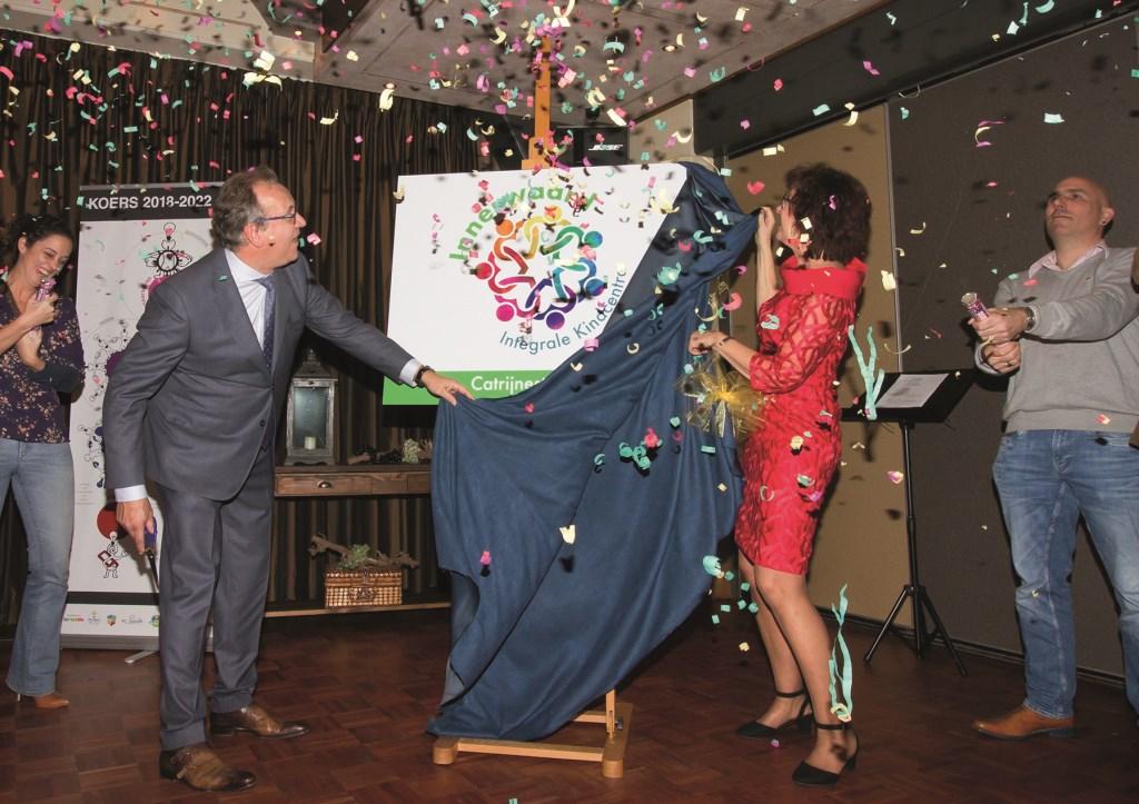 Groene Ring-voorzitter Max Miltenburg en Mieke Wessels (bestuurder SCO R'IJssel en nu Innerwaard) onthullen de nieuwe naam 'Innerwaard'.