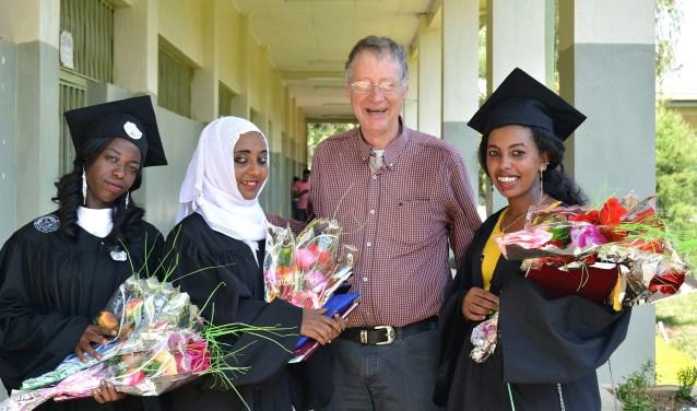 """Vier studenten studeren af in Miza Aman. """"Onze studenten doen een extra opleiding, waarbij zij in twee maanden nog eens veertig àzestigbevallingen doen."""" (Foto: Lode Dortland)"""