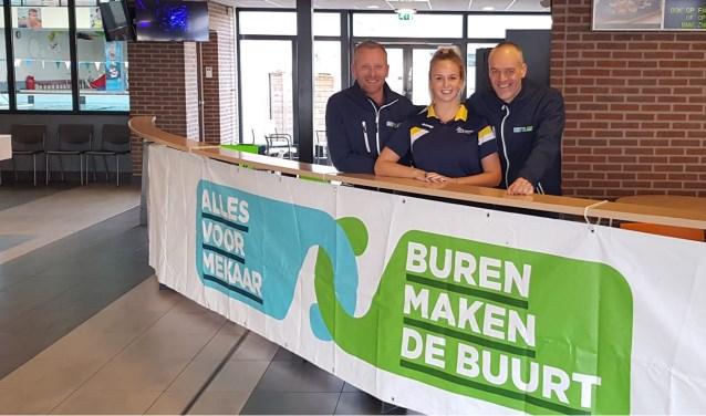 Bas en Alexander met Suzanne Kivits, organisator van de Aquachallenge 2.0 in zwembad Die Heygrave met als goed doel 'Alles voor Mekaar'.