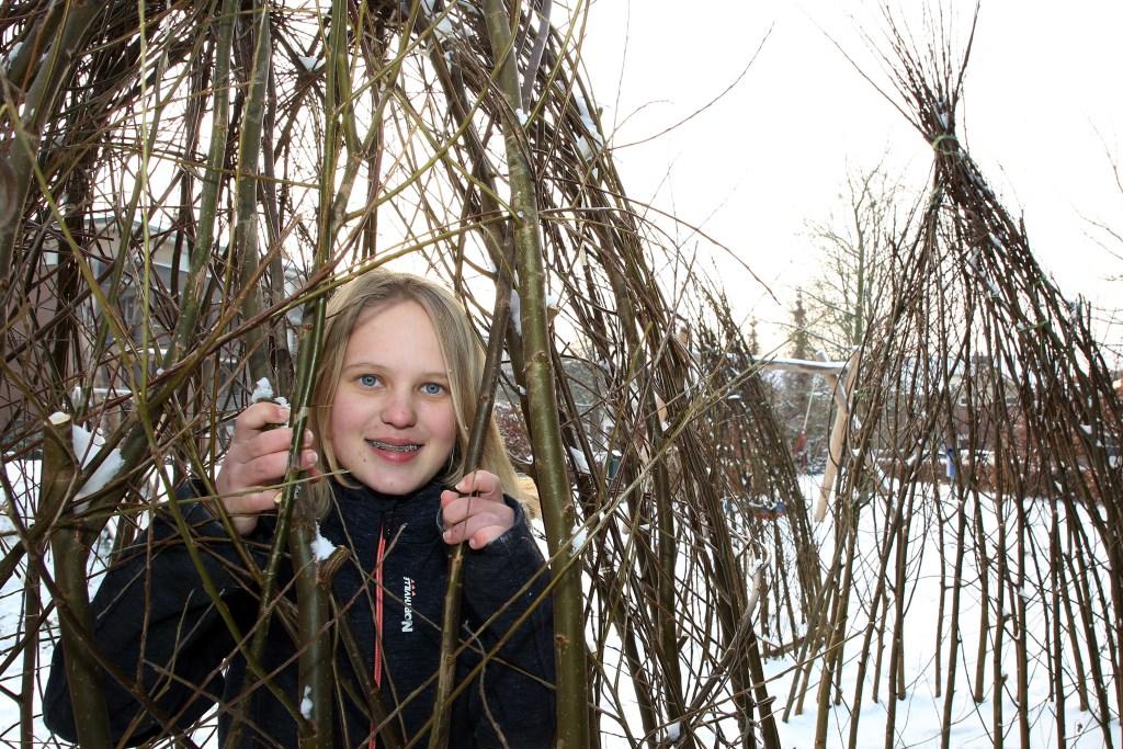 Renate is heel trots op haar natuurspeeltuin aan de Kosterhof. Foto: Theo van Sambeek.