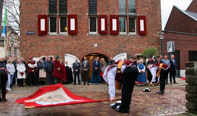 Vendeliers gaven de officiële opening van het Neije Raethuys als thuis van Heemkundekring Bergh extra glans. (foto: Elsie Schoorel)