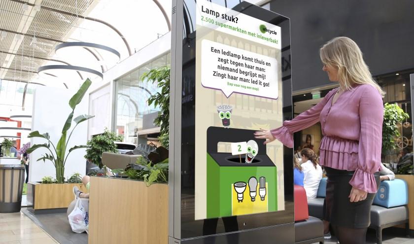 De lampen lachen zich stuk! 'Tap' ook een mop op het Wecycle-scherm in Molenpoort Nijmegen en lever afgedankte energiezuinige lampen in bij de supermarkt.