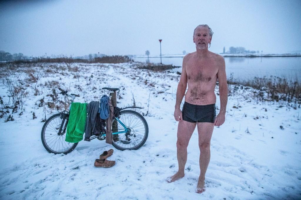 Zwolle  Pieter van Essen zwemt elke dag in de IJssel, ook in de winter. Normaal gesproken doet hij dat rond half acht, Foto Frans Paalman Zwolle ©2001 Foto: Paalman © Persgroep
