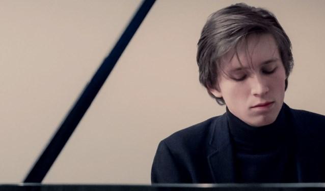 Pianist Amadeus Wiesensee is één van de meest veelbelovende jonge Duitse pianisten van zijn generatie, speelt een recital met klassieke en romantische meesterwerken. Foto: IHPS