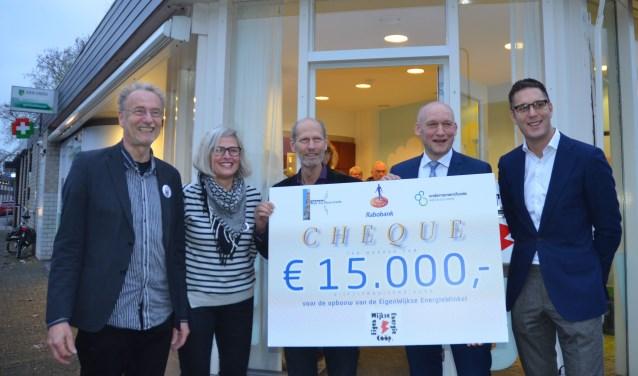 Voor de EWEC-winkel poseren Henk Muis (vz), Sarida v. d.  Meer (dir) Jan v. d. Horst (OF), Hans Marchal (wh) en Robert Paul Jorna (RABO)