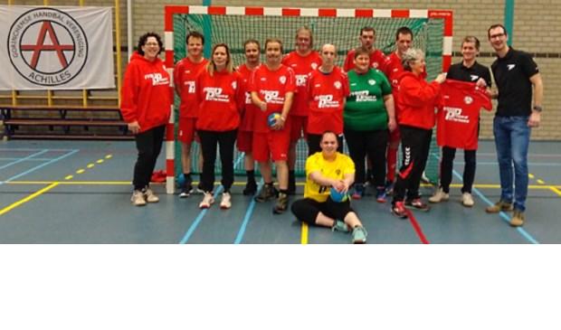 's Morgens werden nieuwe shirts aan de spelers overhandigd door sponsor Fysio Physical Performance.