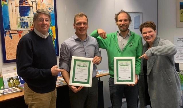 Uitreiking nominatiecertificaat voor de categorie Sportploeg aan vertegenwoordigers van het Utrechtse Heuvelrug Triathlon Team door Sportwethouder Chantal Broekhuis.en HSI-voorzitter Bob van Lierop