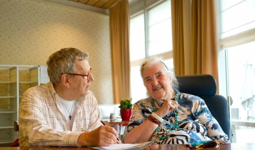 De mentor overlegt met de hulpverlener(s)en ziet erop toe dat de zorg wordt gegeven volgens de afspraken. FOTO: Theo Scholten.