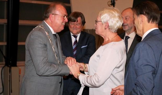 Peter van der Velden krijgt de nieuwe ambtsketen. Els in 't Veld had de eer 'm om te mogen hangen. (foto's: Conno Bochoven)