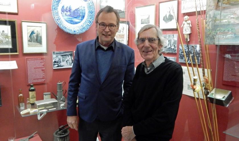 Hans van der Linde (l) en Kees Scheer in het Hernhutterhuis dat met vele foto's, schilderijen en andere voorwerpen de kleurrijke geschiedenis van de Hernhutters toont. FOTO: Asta Diepen Stöpler