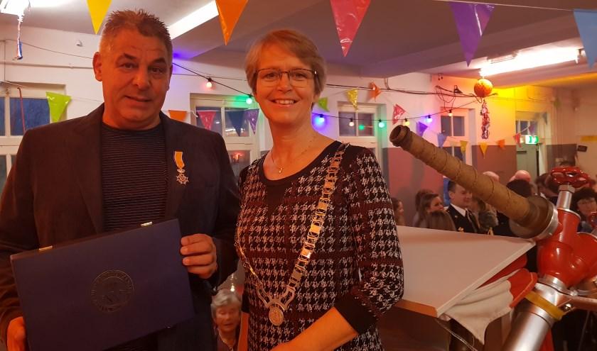 René Rensenbrink en burgemeester Yvonne van Mastrigt. Foto: gemeente Stichtse Vecht