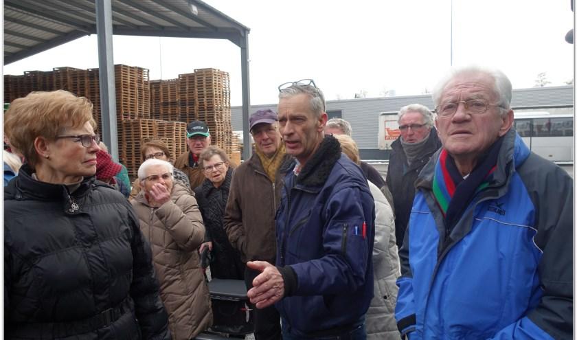 René Derksen - in het midden - vertelde de gasten van KBO afdelingBeek/Loerbeek en 's-Heerenberg over de logistiek van zijn bedrijf. (foto: Bart Hendricksen)