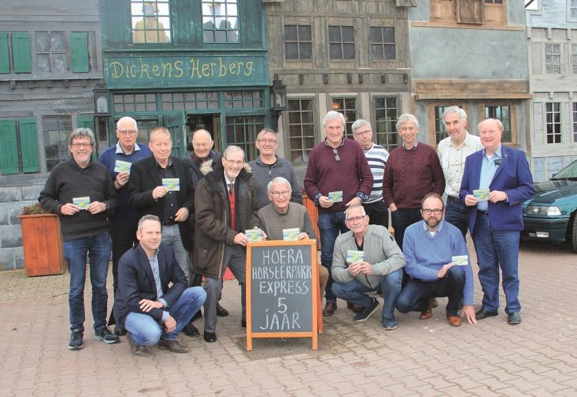 Alle vijftien chauffeurs van de Horsterpark Express. Joop Harmsen staat helemaal rechts.