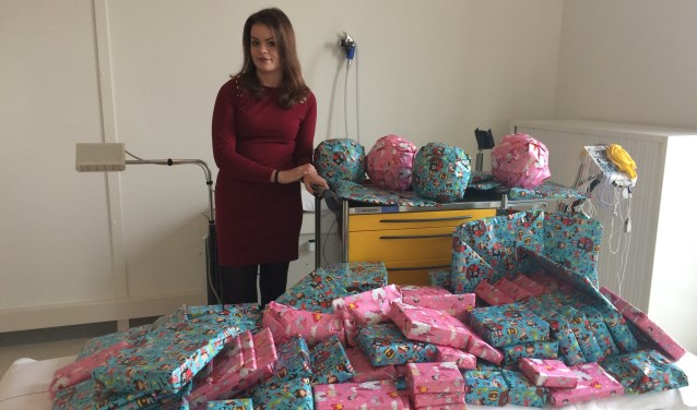 Evi van Zanten (14) wilde iets doen voor een goed doel. Ze bedacht en organiseerde zelf een actie om cadeaus te geven aan kinderen in het ziekenhuis.