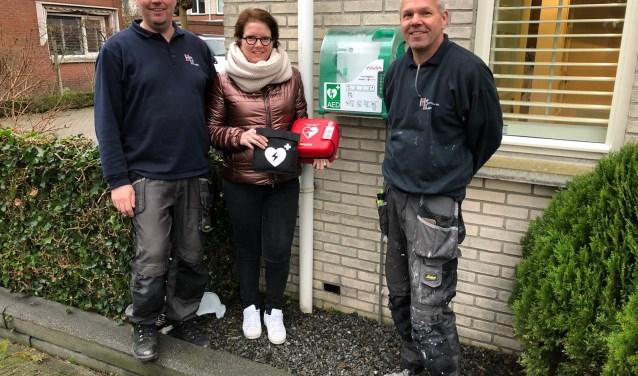 vlnr Jeroen Schoonderwoerd, Christal van de Steeg, Carlo Lanza. Christal is de initiatiefneemster van deze buurt actie (tevens beheerder van de AED) en Carlo en Jeroen hebben de AED bevestigd en aangesloten