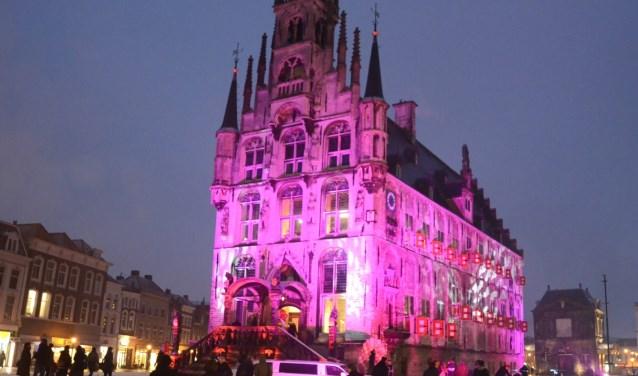 Jaarlijks kleurt het Goudse stadhuis roze rond Valentijnsdag. De Valentijnswandeling is een mooie aanvulling. Foto: Marianka Peters