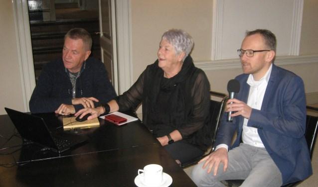 Wethouder Carla Broekhuis zette met een druk op de knop de nieuwe site online geflankeerd door Ed Zandhuis en Martijn Hospers (r).