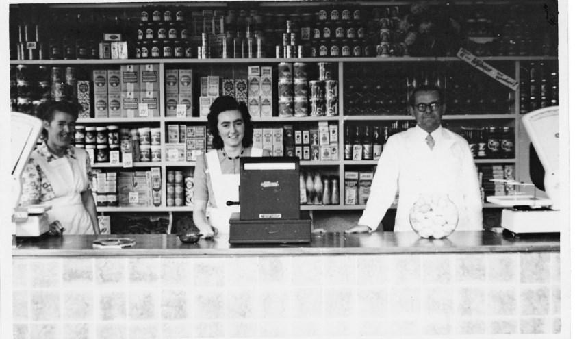 Het winkelpersoneel van Kruidenierswinkel Notten aan de Eindhovenseweg in Aalst.