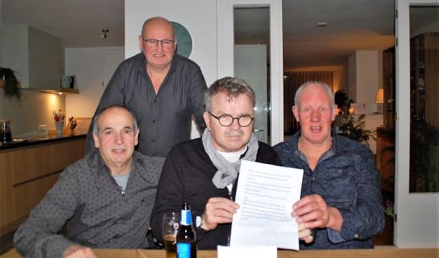 Kees Wirken, Jo van Hattum, Ko van Hoof en staand Wil van Ham met de brief van de clandestiene zagers. Inhoud: een gedichtje en 1000 euro.