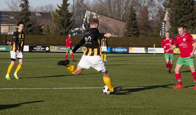 Met twee doelpunten had Brian Vermeer een groot aandeel in de eerste overwinning van De Valk. Hier legt hij aan voor de 1-0.