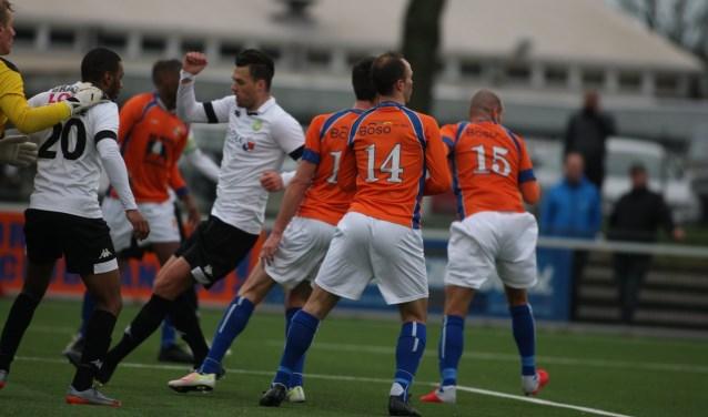 ASWH'ers David Almeida en Peter Verhoeve gaan het duel aan  met de Friese doelman en enkele verdedigers van ONS Sneek.(FOTO:  Dik Schumacher)