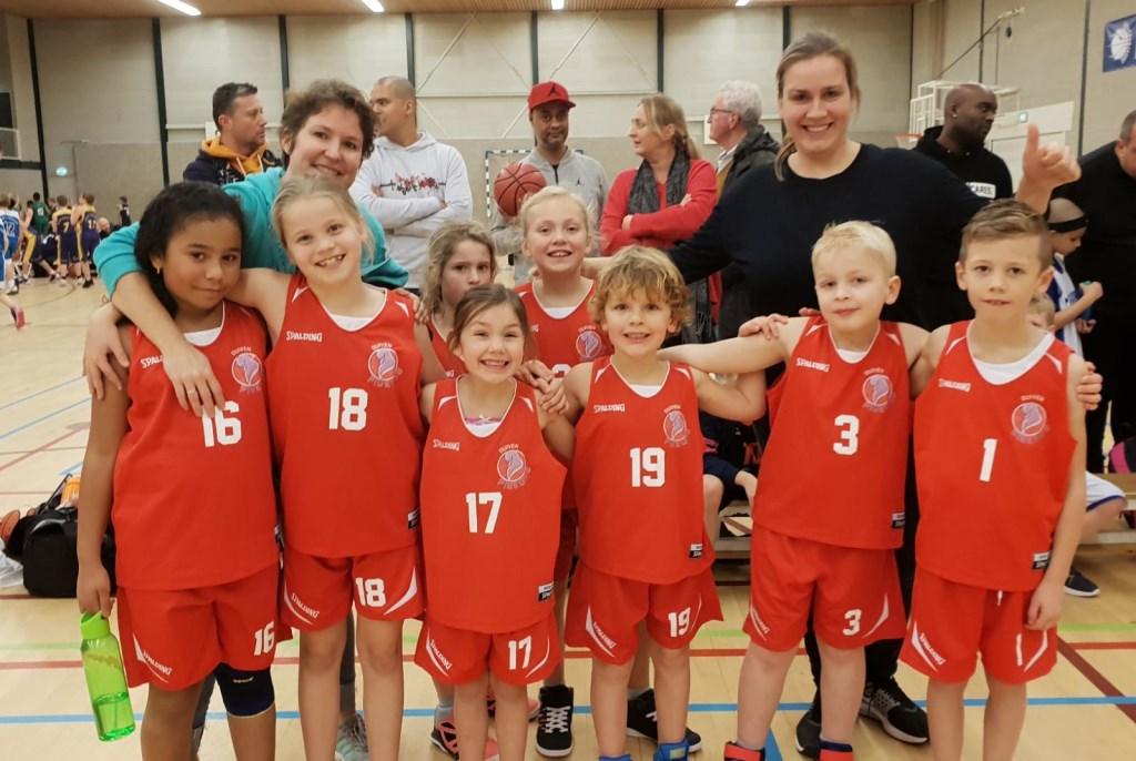 Van links naar rechts:  Yasmin Steba, Sanne Welgraaf, Mara Scholten (Achter), Anne Evers (achter), Jada van de Veer Mats Bárány, Niklas Mulder en Daan.  De twee trainers: Maud Schotlen - De Vries en Sanne Rooding