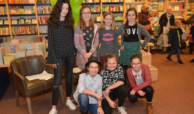 Acht leden van koor Jedaja traden vrijdagavond op in boekwinkel De Rank. (Foto's: Pieter Vane)