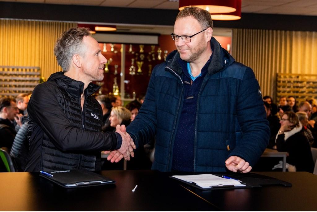 Richard Migchielsen (rechts, voorzitter Stichting Ontmoetingspark) en Gerben Bouwmeester (Directeur Uzin Utz Nederland bv) schudden elkaar de hand.  © Persgroep