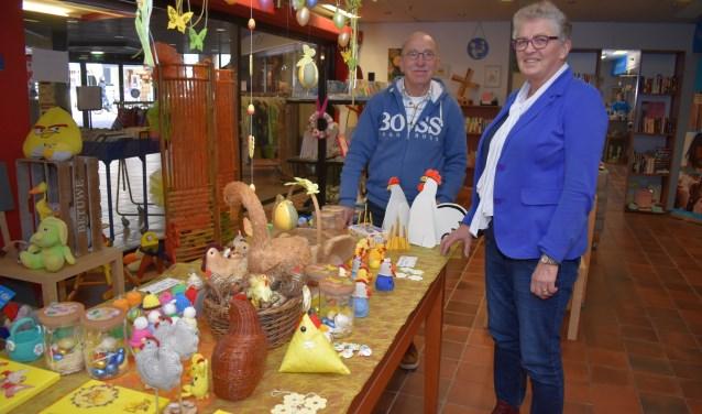 Theo Lansink en Mieke Niks van Unicef afdeling Oldenzaal in winkel van Unicef in paassfeer. Unicef Oldenzaal is al achttien jaar actief.