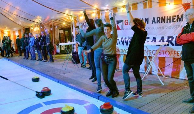 Een juichmoment voor het team van Curl Power tijdens de finale van de  Curlingwedstrijden van de jubilerende Montfoortse IJsclub. Zij eindigden op een 7e plaats.(Foto: Paul van den Dungen)