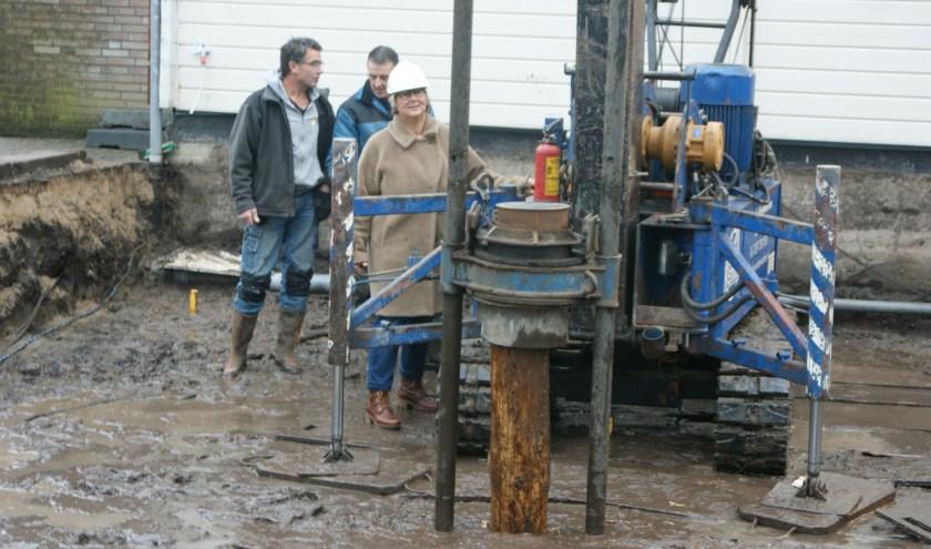 Wethouder Yvonne Peters heide de eerste paal in de grond. In voorjaar  2020 moeten alle werkzaamheden afgerond zijn.