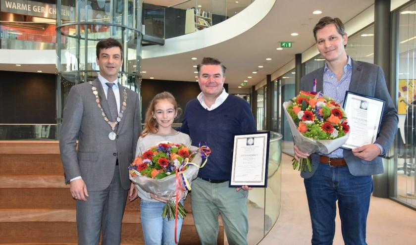 Van Lins naar rechts: Burgemeester Pieter van de Stadt, Julia Hinrichs, Marcus Hinrichs en Arjan Hanemaayer