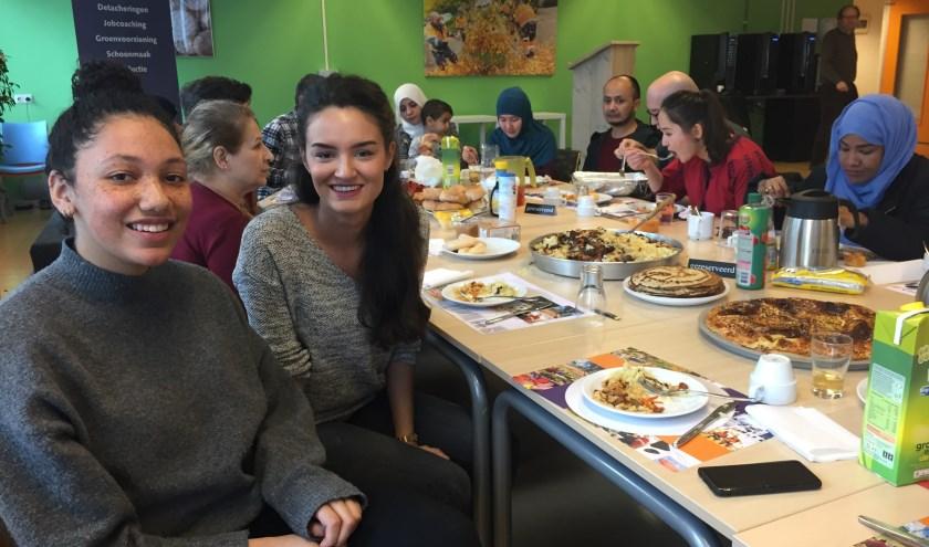Links Ayla (19) en rechts Ashley (24), beiden van de Hogeschool Utrecht. FOTO: Vluchtelingenwerk Zeist
