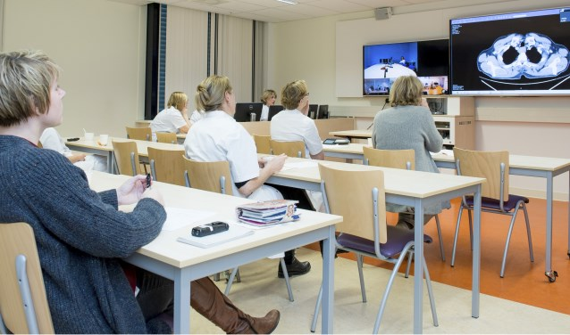 Multidisciplinaire patiëntenbespreking van het behandelteam maag- en slokdarmkanker via videoconferencing met alle betrokken ziekenhuislocaties.