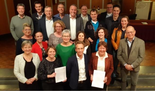 Huisartsen, apotheek en de gemeente Oss met de getekende intentieverklaring voor Gezondheidscentrum Ruwaard in de hand.