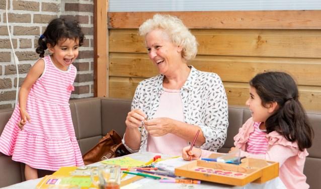 Vrijwilliger doet iets leuks met kinderen die tijdelijk wat extra ondersteuning kunnen gebruiken.