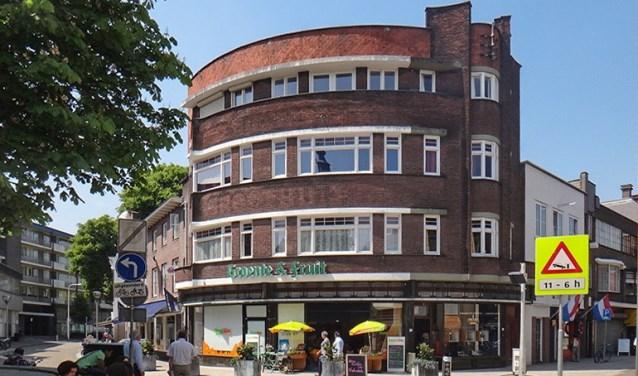 Samen met het Van Boxtel-pand aan de overkant bepalen deze halfronde gebouwen de aanblik van deze kruising. www.heemkundekringtilburg.nl