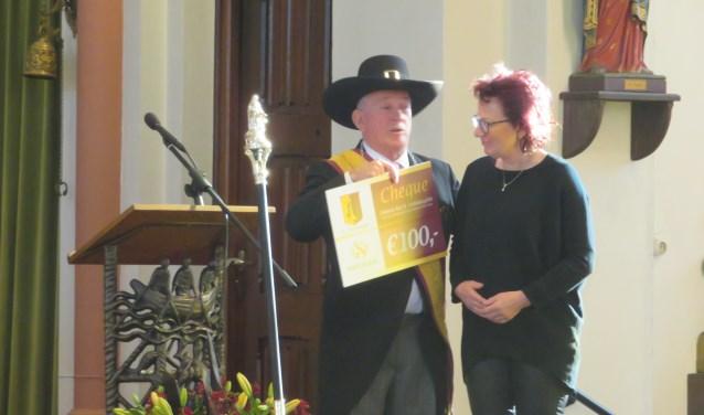 Cheque voor 100-jarige muziekvereniging Sint Cecilia.