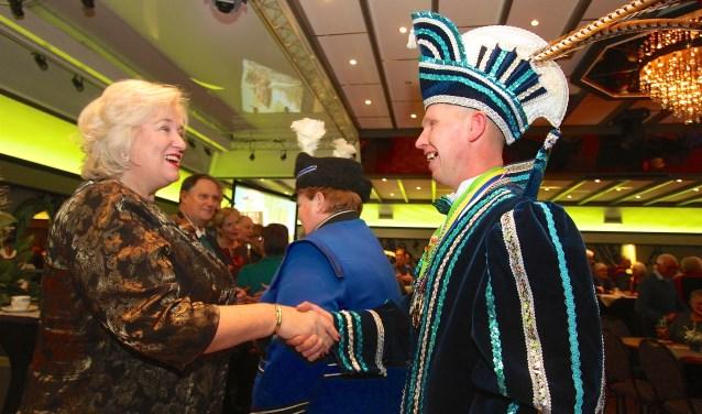 Prins Jochen de Kartrekker uit Angeren wenst burgemeester Marianne Schuurmans het beste voor 2019. (foto: Kirsten den Boef)