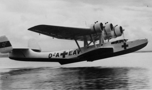 De eerste vliegboot in valse Rode Kruiskleuren verlaat Papendrecht in juni 1940. (foto uit het boek)