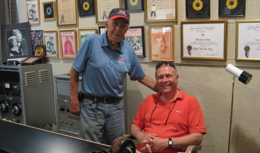 Johan (r) in de Norman Petty Studio in Clovis Texas waar Buddy Holly zijn nummers opgenomen heeft, met een van zijn muzikanten.