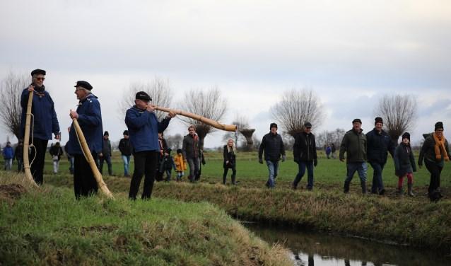Midwinterhoornblazers van d'Olde Roop uit Zelhem blazen voor de deelnemers van de Midwinterwandeltocht rond Toldijk.