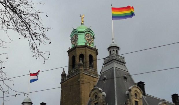 De regenboogvlag op het stadhuis van Rotterdam. (foto: Arco van der Lee)